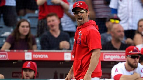 angels-manager-brad-ausmus-yells-at-umpire