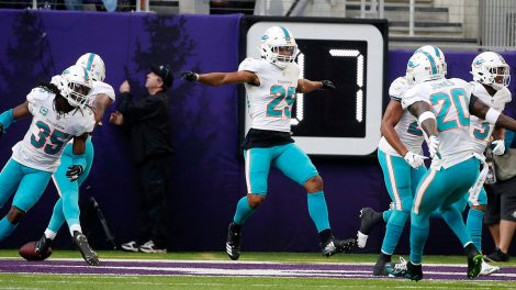 dolphins-minkah-fitzpatrick-celebrates-with-teammates