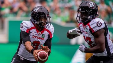 redblacks-jonathon-jennings-hands-ball-off-to-greg-morris