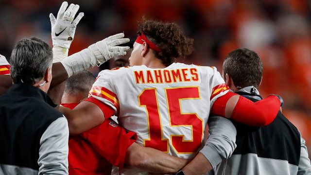 chiefs-patrick-mahomes-helped-off-field