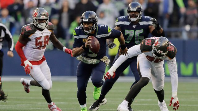 seahawks-russell-wilson-runs-with-ball-against-buccaneers