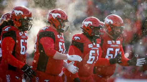 stampeders-offensive-lineman-huddle-up