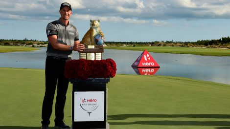 henrik-stenson-poses-with-hero-world-challenge-trophy