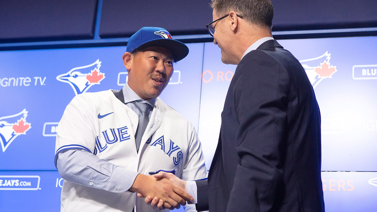 blue-jays-ross-atkins-shakes-hands-with-shun-yamaguchi