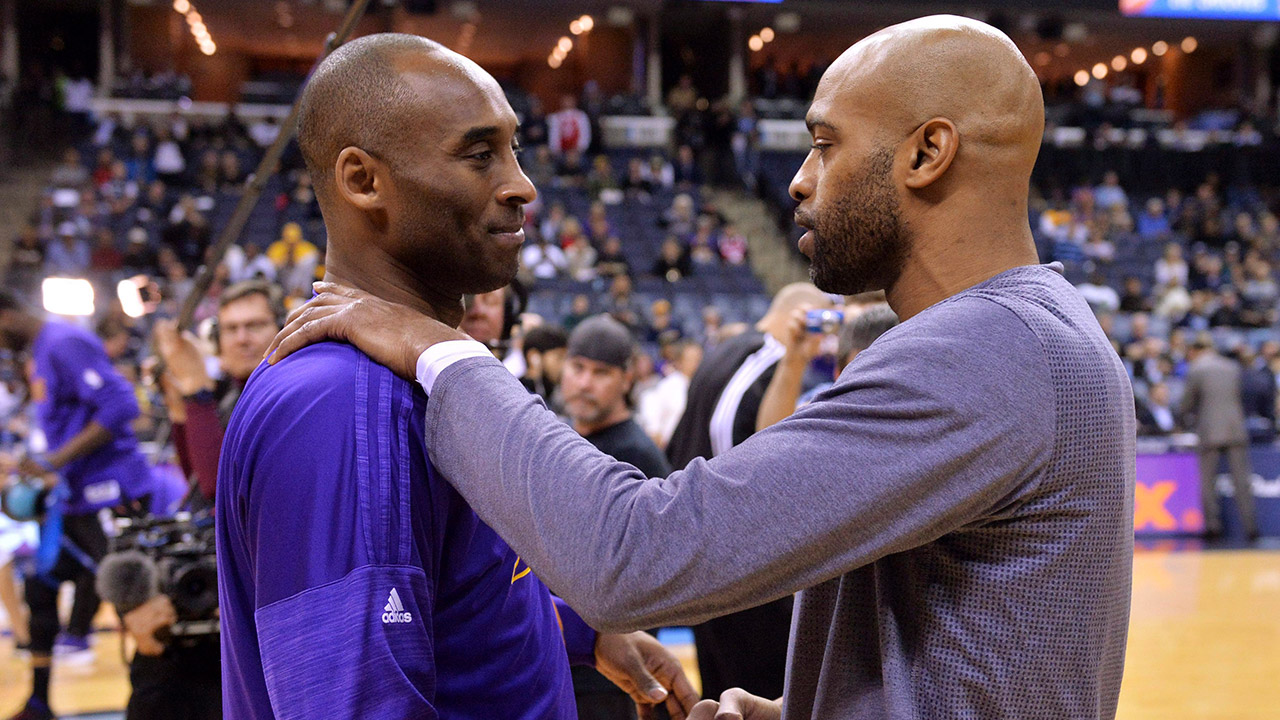 kobe-bryant-shakes-hands-with-vince-cart