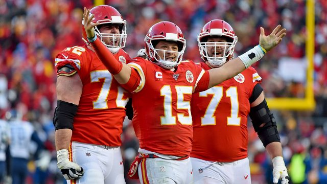 patrick-mahomes-celebrates-chiefs-touchdown-with-teammates