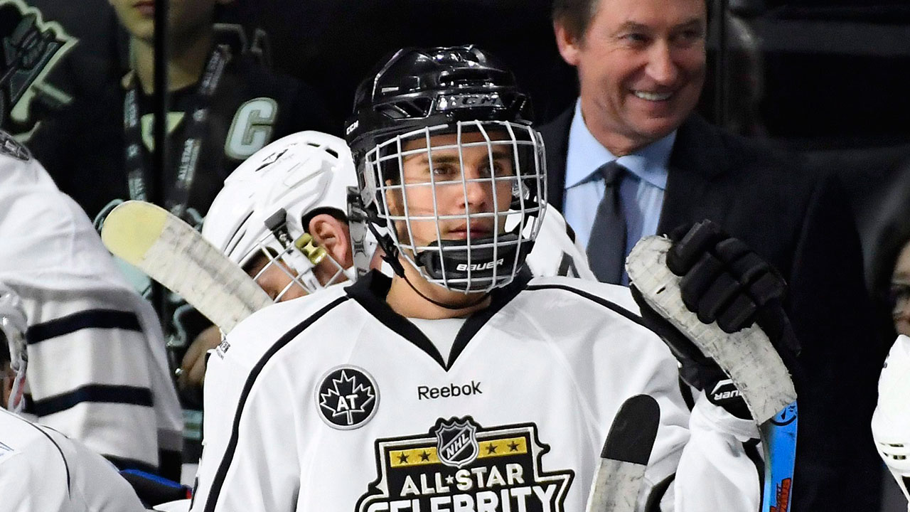Justin Bieber coaches Jimmy Fallon on how to play hockey - Sportsnet.ca