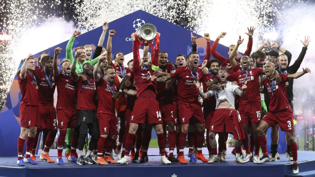 liverpool-lifts-champions-league-trophy