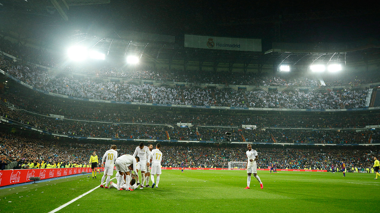real-madrid-players-celebrate-goal-against-barcelona