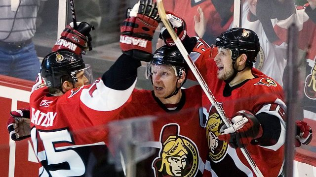 Ottawa-Senators-Jason-Spezza-celebrates-a-goal-with-Daniel-Alfredsson-and-Dany-Heatley-in-2007