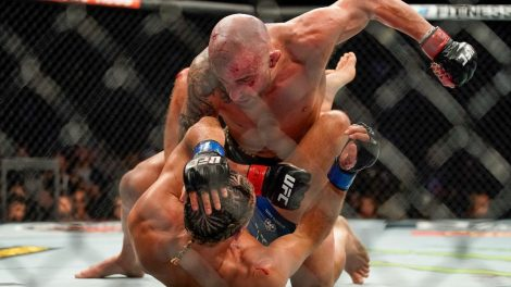 Alexander-Volkanovski-punches-Brian-Ortega-at-UFC-266